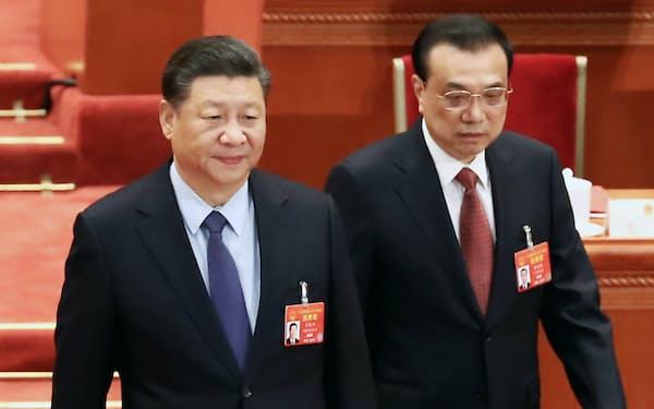 全人代の閉幕式に臨む習近平国家主席(左)と李克強首相(15日、北京)=横沢太郎撮影