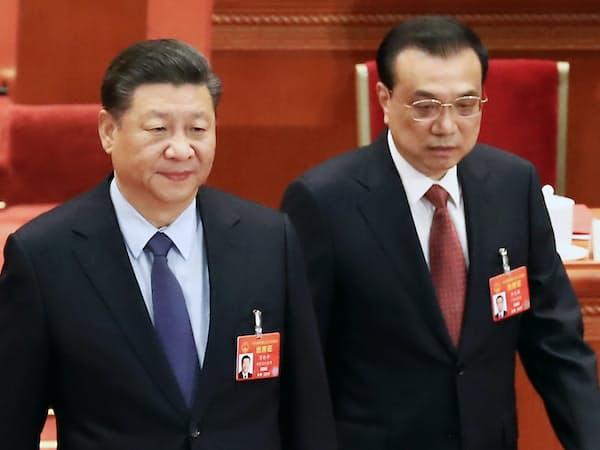 全人代閉幕式に臨む習近平国家主席(左)と李克強首相(15日、北京)=横沢太郎撮影