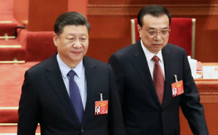 全人代閉幕式に臨む習近平国家主席(左)と李克強首相(15日、?#26412;?横沢太郎撮影