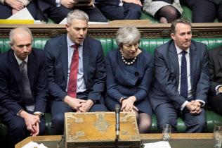 14日、英下院での討論に出席?#24037;毳幞?#39318;相(右から2人目)=ロンドン(ロイター=共同)
