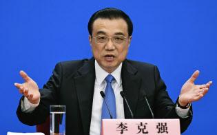中国全人代が閉幕し、記者会見する李首相(15日、北京の人民大会堂)=共同