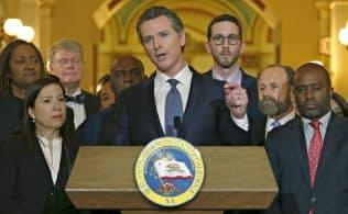 死刑執行の一時停止を発表するカリフォルニア州のニューサム知事。同州はホワイトハウスと様々な問題をめぐって対立している=AP