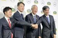 日本ゴルフツアー機構の青木功会長(左から3人目)ら
