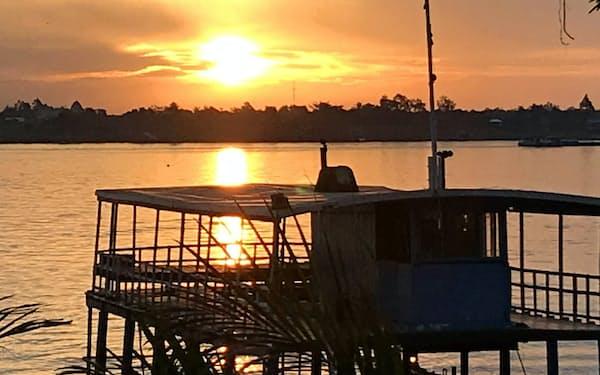 メコン川の朝日(クリード社長、宗吉の自宅の庭より撮影)