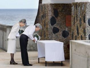「西太平洋戦没者の碑」に供花される天皇、皇后両陛下(2015年、パラオ・ペリリュー島)