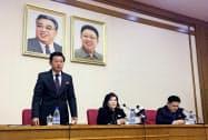 記者会見する北朝鮮の崔善姫外務次官(中)(15日、平壌)=AP