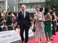 「ソローキンの見た桜」に出演するイッセー尾形さん(中央左)と阿部純子さん(同右)ら(15日、愛媛県庁)
