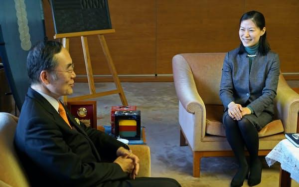 徳島県知事にダボス会議の報告をする坂野晶さん(右、徳島市内)