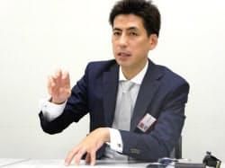 記者会見するカオナビの柳橋仁機社長(15日午後、東証)