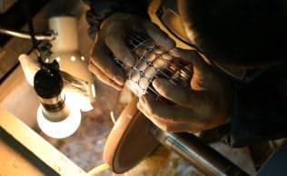 グラスを砥石に当て、模様を生み出す