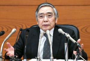 金融政策決定会合後、記者会見する日銀の黒田総裁(15日、日銀本店)