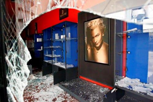 襲撃により商品が強奪されたショッピングモール(12日、西部マラカイボ)=ロイター