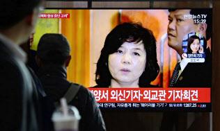 北朝鮮の外務次官の発言を伝えるニュースをみるソウル市民=AP