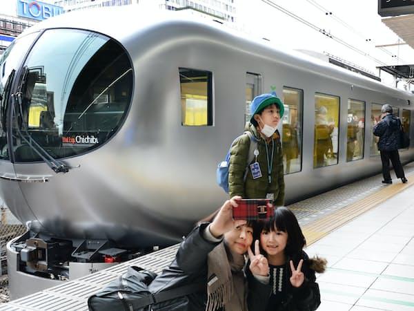 丸みを帯びた先頭車両と大きな窓が特徴の西武鉄道の新型特急「Laview(ラビュー)」(16日午前、東京都豊島区)