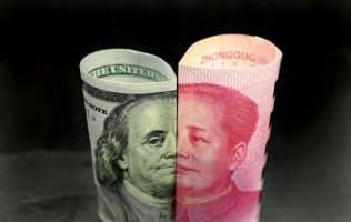 ドル札と人民元紙幣