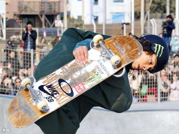 スケートボードの日本オープン・パーク大会男子で3位に入った平野歩夢選手(16日、神奈川県藤沢市の鵠沼海浜公園スケートパーク)=共同