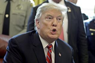 トランプ米大統領は雇用改善を政権の成果とアピールしてきた(15日、ワシントン)=AP