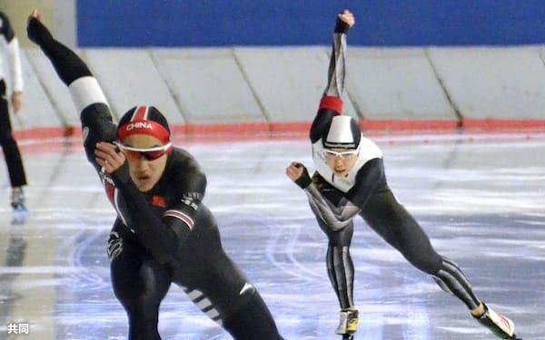 国際大会「五輪オーバル・フィナーレ」の男子500メートルに出場し、36秒39の好記録をマークした小平奈緒(右)(16日、カルガリー)=共同