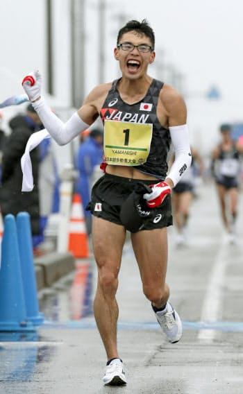男子20キロで1時間17分15秒をマークし、初優勝した山西利和(17日、石川県能美市)=共同