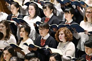 16日、ニューヨークで、米国の大学生と一緒にモーツァルトのレクイエムを合唱?#24037;?#23470;城県の高校生たち=共同
