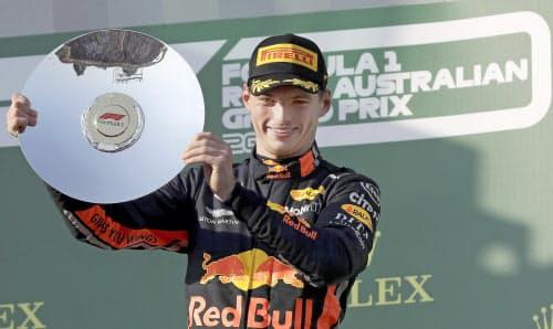 自動車のF1オーストラリア・グランプリで3位に入り、笑顔を見せるレッドブル・ホンダのマックス・フェルスタッペン(17日、メルボルン)=AP