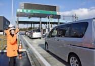 新名神高速道路の新四日市―亀山西両JCT間が開通し、菰野ICを通過する車両(17日午後4時すぎ、三重県菰野町)=共同