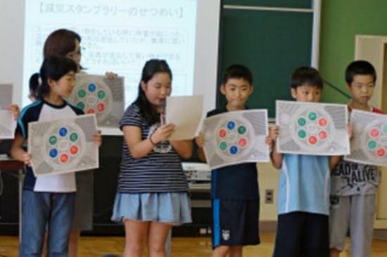 東北大の出前授業で学んだ防災知識を発表する児童(2016年7月、岩手県雫石町)