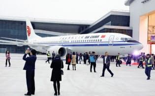 2018年12月、中国国際航空に初めて納品されるボーイング737MAXを浙江省のボーイングの拠点で見学する招待客たち=ロイター