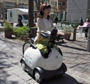 ドコモなどが東京・丸の内で一人乗りの移動機器「パーソナルモビリティー」を用いた観光客向けの実証実験を行った