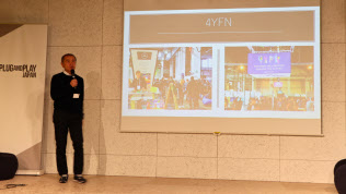 スタートアップの見本市「4YFN」の様子を説明する参加者(15日、東京・渋谷)