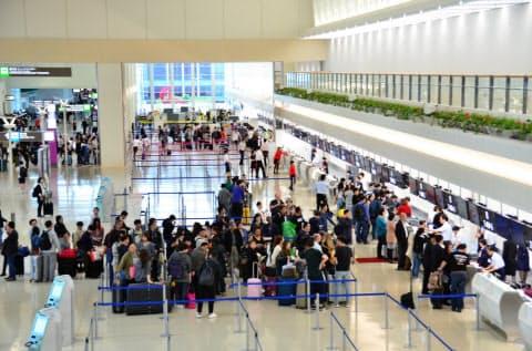 供用を開始した那覇空港の際内連結ターミナルの国際線チェックインカウンター