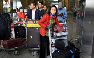 中国は海外旅行者の急増で、早ければ今年、経常赤字に陥るとされるが、それは中国の金融システム改革につながりそうだ=ロイター