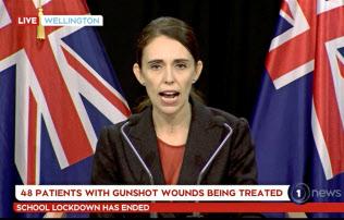 15日、銃乱射事件を受けて記者会見したニュージーランドのアーダーン首相=AP
