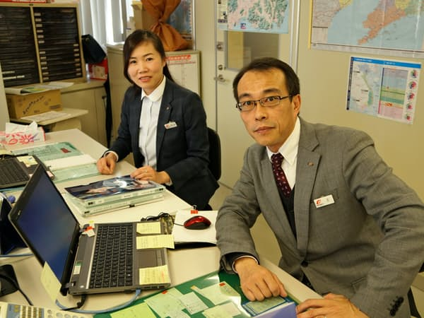 筑邦銀行の国際部で活躍するベトナム出身の荒木さん(左)と中国出身の王さん(福岡県久留米市)