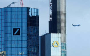 統合するとの噂は2016年からあった(写真は独フランクフルトにあるドイツ銀行とコメルツ銀行のビル)=ロイター