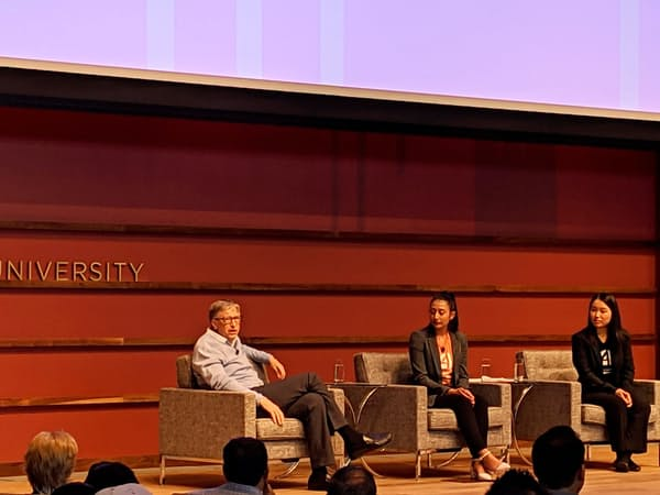 スタンフォード大のAIイベントで話すゲイツ氏(左)