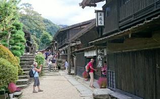 昔ながらの風景が残る地域が外国人の人気に(18年10月、妻籠宿の様子)