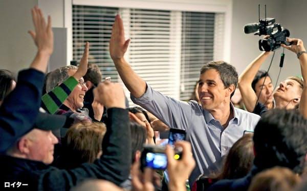 民主党のオルーク氏(右)は来年の米大統領選に向け、有望株として注目を集めるが、具体的な政策を見極めたいとする冷静な有権者も増えている=ロイター