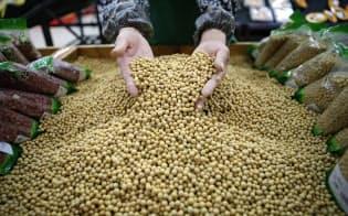 中国は大豆の輸入ルート多様化を目指している(湖北省のスーパー)=ロイター