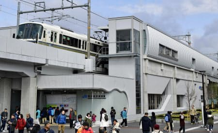 京都鉄道博物館前に開業したJR山陰線の新駅「梅小路京都西」(16日午前)=共同