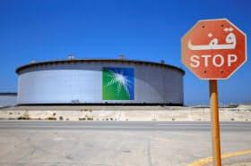 サウジ主導の協調減産は原油相場の支えに(同国東部の製油所)=ロイター