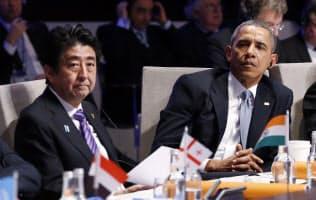2014年3のオランダで開かれた核セキュリティサミットに出席した安倍首相(左)