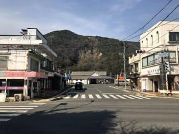 商業地の地価で全国最大の下落幅となった呉市安浦町(奥がJR安浦駅)