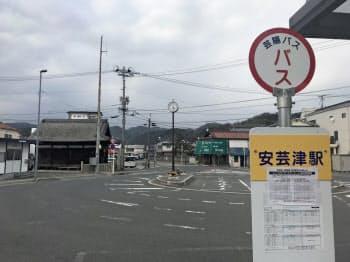 豪雨で浸水被害を受けたJR安芸津駅周辺は商業地で全国4位の下落幅を記録した(広島県東広島市)