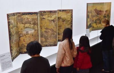 京都文化博物館で開催されている特別展では様々な神宝を公開中(京都市)