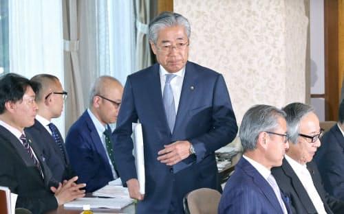 19日午後、JOC理事会に出席した竹田会長(中央)