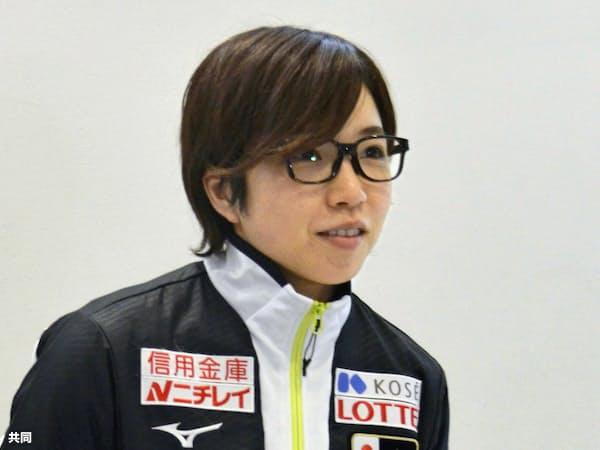 成田空港で取材に応じる、スピードスケート女子短距離の小平奈緒(19日)=共同