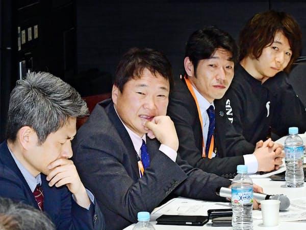 シンポジウムで意見を交わす講師(18日、大阪市)