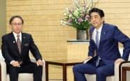 沖縄県の玉城知事(左)との会談に臨む安倍首相(19日午前、首相官邸)