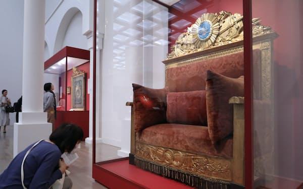 トルコ至宝展に展示される「スルタン・マフムート2世の玉座」(東京都港区の国立新美術館)